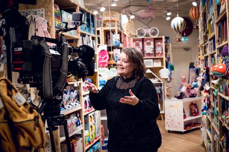 Hør indehaver af Børnenes Kartel Heidi Ritter fortælle om legetøjsindsamlingen Julehelt